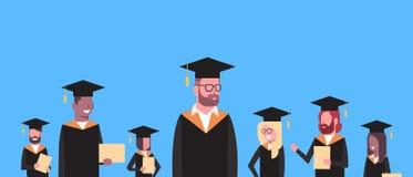 小组混合毕业方帽与长袍举行文凭水平的横幅的种族学生 皇族释放例证