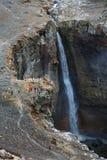 小组游人和旅客采取瀑布摄影在山河的 图库摄影