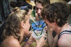小组游人在Khao圣路曼谷泰国走的街道享受桶饮料 库存照片