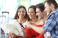 小组游人计划旅行在网上在电话 图库摄影