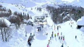 小组滑雪者在滑雪电缆车天线顶部 股票录像
