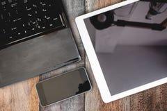 小组现代电子设备、计算机膝上型计算机、数字式片剂和流动巧妙的电话在木桌上 裁减路线片剂a 库存照片