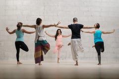 小组瑜伽训练视图对墙壁 免版税库存照片