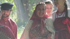 小组男人和妇女俄国民间服装的本质上 微笑 庆祝 影视素材