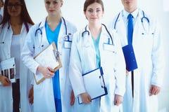 小组画象一起站立微笑的医院的同事 医生 免版税库存图片