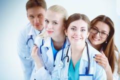 小组画象一起站立微笑的医院的同事 医生 库存图片