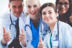 小组画象一起站立微笑的医院的同事 医生 免版税库存照片