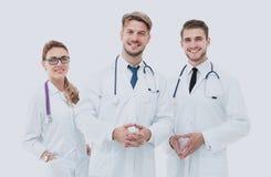 小组画象站立togeth的微笑的医院同事 免版税库存图片