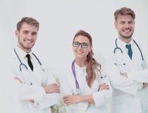 小组画象站立togeth的微笑的医院同事 库存图片
