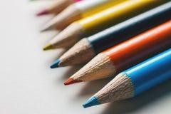 小组白色表面上的多彩多姿的铅笔 图库摄影