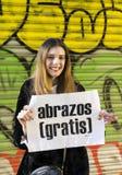 小组的行动人释放在巴塞罗那街道,题字上的拥抱用在海报自由拥抱的西班牙语 免版税库存照片