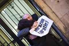 小组的行动人释放在巴塞罗那街道,题字上的拥抱用在海报自由拥抱的西班牙语 免版税图库摄影