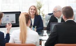 小组确信的商务伙伴谈论纸在会议上 库存照片