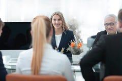 小组确信的商务伙伴谈论纸在会议上 图库摄影