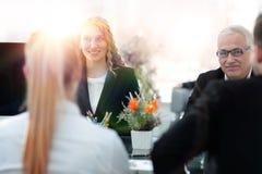 小组确信的商务伙伴谈论纸在会议上 免版税库存图片
