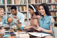 小组种族多文化学生在图书馆里 学生学习 免版税图库摄影