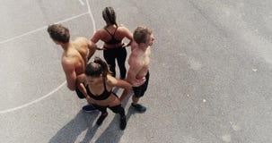 小组空中,寄生虫英尺长度训练有素的人和妇女摆在 股票视频