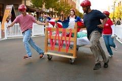 小组穿过河床在多的床垫种族的轮 免版税库存照片