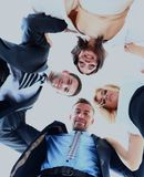 小组站立在杂乱的一团的商人,微笑,低角度视图 库存照片