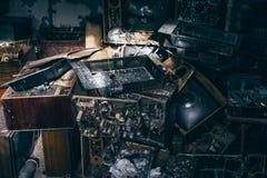 小组老古色古香的减速火箭的电视或残破的电视箱子在垃圾中的黑暗的蠕动的被放弃的房子里在肮脏的屋子里 库存图片