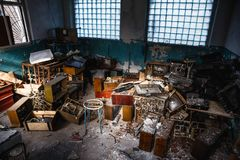 小组老古色古香的减速火箭的电视或残破的电视箱子在垃圾中的黑暗的蠕动的被放弃的房子里在肮脏的屋子里 免版税库存图片
