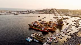 小组老货船,拖轮,钓鱼船和小船在海岸在岩石附近 免版税图库摄影