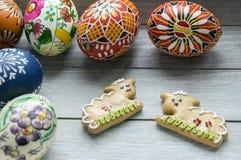 小组自创和手工制造复活节彩蛋和两只姜饼羊羔 库存图片