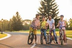 小组自行车的青年人绊倒 免版税库存图片