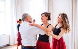 小组舞蹈课的资深人与舞蹈老师 免版税图库摄影