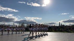 小组芭蕾舞女演员白色芭蕾礼服跳舞街道莫斯科俄罗斯2018年8月 股票录像