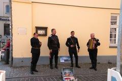 小组街道执行者在制服在这个旅游镇唱并且卖CDs的德国军队穿戴了 图库摄影