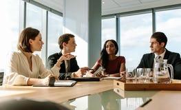 小组见面在证券交易经纪人行情室的商人 免版税库存图片