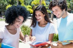 小组讨论的不同种族的学生 免版税库存图片