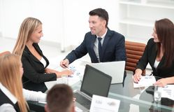 小组谈论的商人一个新的财政项目 库存照片