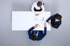 小组谈论的商人和的律师合同裱糊从上面坐在桌上,看法 生意人 免版税库存图片