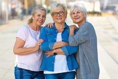 小组资深妇女微笑 免版税库存图片
