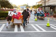 小组赛跑对床垫种族终点线  免版税库存照片