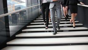 小组走在台阶的商人