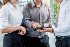 小组运作在digi的商人谈的withbusinessman 图库摄影