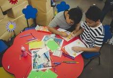 小组逗人喜爱的小的幼儿园哄骗图画 免版税库存图片