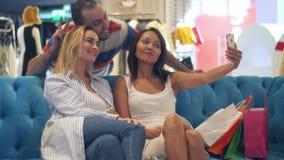 小组采取selfie的商城的行家使用巧妙的电话 股票视频