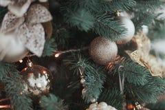 小组银和金子圣诞节玩具在绿色分支圣诞树特写镜头称 免版税库存照片
