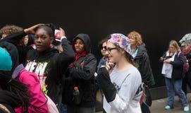 小组青年人对黑墙壁 库存照片