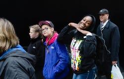 小组青年人对黑墙壁 免版税库存照片