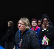 小组青年人对黑墙壁 免版税库存图片