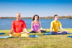 小组青年人有在瑜伽类的凝思 免版税库存照片