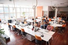 小组青年人有计算机的雇员工作者 库存图片