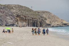 小组青年人沿地中海的岸走 免版税库存图片