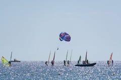 小组风帆冲浪者是红海在埃拉特,以色列附近 免版税库存图片