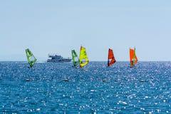 小组风帆冲浪者是红海在埃拉特,以色列附近 库存照片